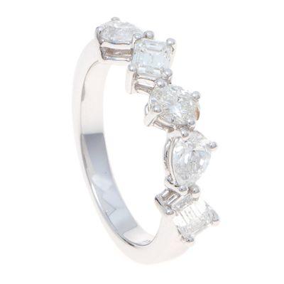 Meia-alianca-em-ouro-branco-18kt-com-diamantes-em-lapidacoes-baguete-gota-oval-e-princess