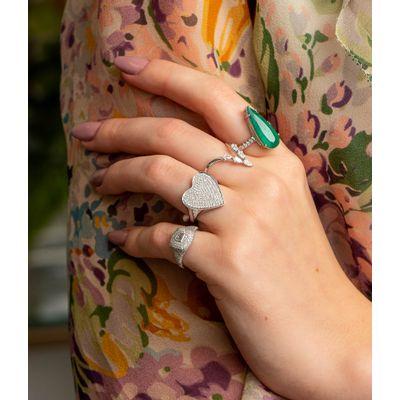 Anel-solitario-em-ouro-com-esmeralda-e-diamantes