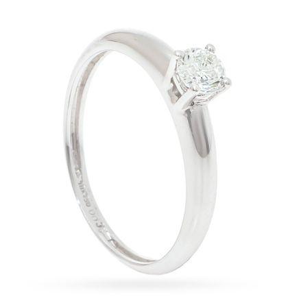 Anel-solitario-de-ouro-com-diamante