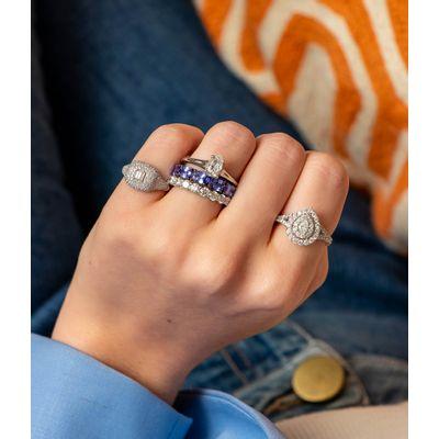 Anel-solitário-de-ouro-com-diamantes